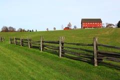 Rote Scheune und Zaun Lizenzfreie Stockbilder
