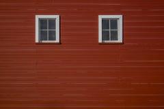 Rote Scheunenwand mit Fenstern Stockfotografie