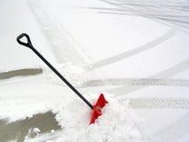 Rote Schnee-Schaufel stockbild