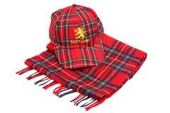Rote Schottenstoffkappe mit den schottischen Armen und den Schottenstoffschals Stockfotografie
