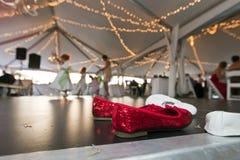 Rote Schuhe auf Dance Floor Stockfoto