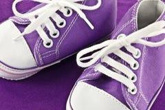 Rote Schuhe des Kindes Stockbild