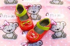 Rote Schuhe des Kindes Schwangerschaft, in Erwartung eines kleinen Mädchens stockfotos