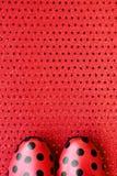 Rote Schuhe kopiert mit schwarzen Flecken Stockfotografie