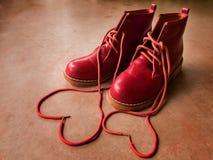 Rote Schuhe mit Herzen. Stockbilder