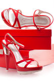 Rote Schuhe mit Kästen Stockfoto