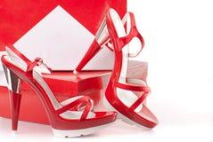 Rote Schuhe mit Kästen Stockbilder