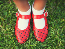 Rote Schuhe mit Polkapunkten Lizenzfreies Stockfoto