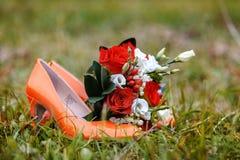 Rote Schuhe und Blumen Stockbild