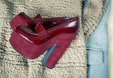 Rote Schuhe und moderne Kleidung Stockfotos