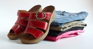 Rote Schuhe und varicolored Jeans Lizenzfreie Stockfotos
