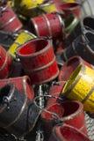 Rote schwarze und gelbe hölzerne Eimer Stockfotografie