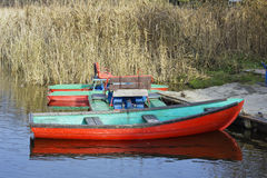 Rote Seebootslandschaft Stockfoto
