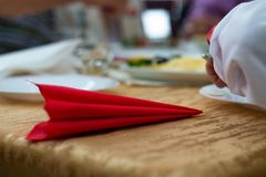 Rote Serviette auf Tabelle auf Hochzeit mit unscharfem Hintergrund Heiratsdetails in der Großaufnahme stockbild