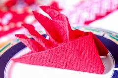Rote Serviette in der Origamiart auf Platte Lizenzfreies Stockbild