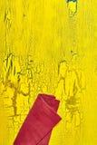 Rote Serviette nahe Rand der gelben Tabelle Stockfotos