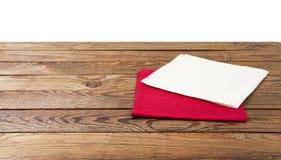 Rote Serviette Tischdeckenschottenstoff, kariert, Geschirrtücher auf weißer Draufsichtnahaufnahme des Holztischhintergrundes lizenzfreie stockfotos