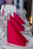 Rote Servietten für Tabellenplan Stockfotografie