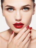 Rote sexy Lippen- und Nagelnahaufnahme Öffnen Sie Mund Lizenzfreies Stockbild