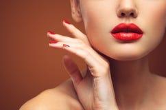 Rote sexy Lippen- und Nagelnahaufnahme Öffnen Sie Mund Maniküre und Make-up Bilden Sie Konzept stockbild