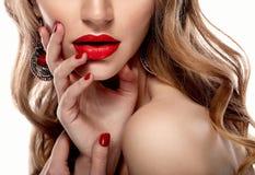 Rote sexy Lippen- und Nagelnahaufnahme Blondes Haar Maniküre und Make-up Stockfoto