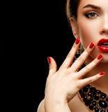 Rote sexy Lippen- und Nagelnahaufnahme Maniküre und Make-up Bilden Sie Konzept Hälfte des Gesichtes des Schönheitsmodell-Mädchens stockfoto