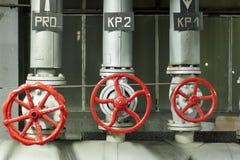 Rote Sicherheitsventile. Stockbild