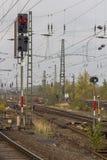 Rote Signal- und Hochspannungsdrähte Lizenzfreie Stockfotos
