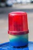 Rote Sirenenlampe auf blauem Kasten Lizenzfreies Stockfoto