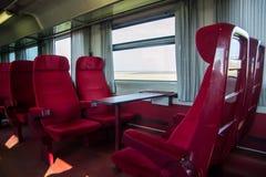 Rote Sitze in einem Railcar Stockfotos