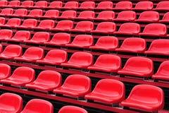 Rote Sitze in einem Stadion Stockbilder