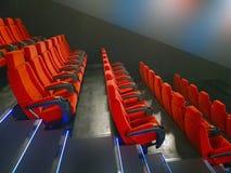 Rote Sitze in einer Reihe Stockfoto