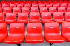 Rote Sitze am Stadion Stockfotografie