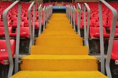 Rote Sitze und ein Pfad Stockfoto