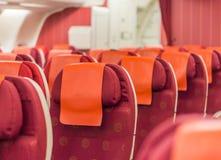 Rote Sitzplätze in den Flugzeugen Stockbild