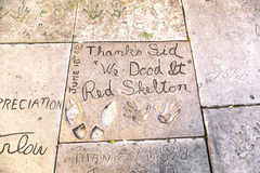 Rote Skeltons-handprints in Hollywood Boulevard Stockbilder