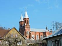 Rote Skirsnemune-Kirche und alte Häuser, Litauen Lizenzfreies Stockbild
