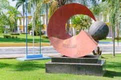 Rote Skulptur vor dem Rathaus von Porto Velho Stockbilder