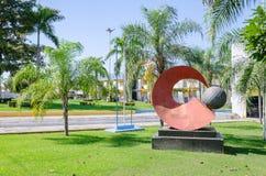 Rote Skulptur vor dem Rathaus von Porto Velho Stockfotos