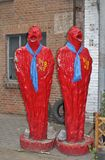 Rote Skulpturen in den 798 Art District in Peking Stockfotos