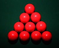 Rote Snooker-Bälle auf Tabelle Stockbild