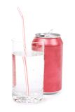 Rote Sodadose und -glas Stockfoto