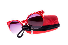 Rote Sonnenbrille mit Fall stockfotos