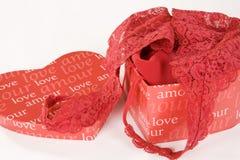 Rote Spitzewäsche in geformtem Kasten des Herzens stockfotografie