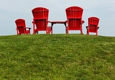 Rote Stühle Adirondack Muskoka Stockfoto