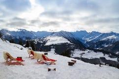 Rote Stühle gegen den Hintergrund der Berge Stockfotografie