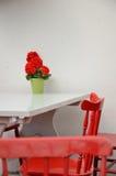 Rote Stühle gegen Weiß Stockfoto