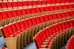 Rote Stühle. Halle für Darstellung Lizenzfreies Stockbild