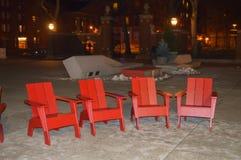 Rote Stühle nahe Memorial Hall in Cambridge in Boston, USA am 11. Dezember 2016 Lizenzfreie Stockfotos