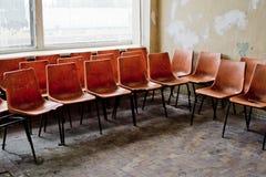 Rote Stühle und Farbe, die weg den Wänden abzieht Lizenzfreie Stockbilder